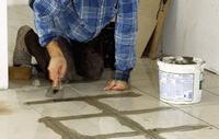 Przyklejanie płytek do podłogi