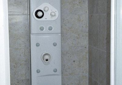 Montaż panelu natryskowego w kabinie prysznicowej