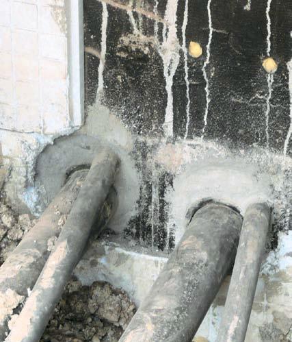 Nieszczelne przejście rury przez ścianę fundamentową