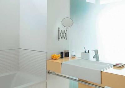 Ściana ze szkła w małej łazience. Szklane przepierzenie między łazienką a sypialnią