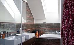 Łazienka na poddaszu. Pomysł, jak urządzić łazienkę w kolorach malin i czekolady