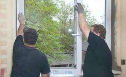Wymiana okien w starym domu. Pokazujemy, jak usunąć stare i zamontować nowe okna PCV