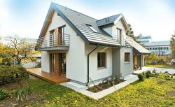 Dom wielopokoleniowy. Dwuspadowy dach i pomysłowa aranżacja poddasza