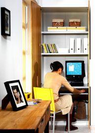 Biurko w pokoju dziennym, ukryte w szafie