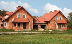 Kupujemy dom w budowie, stanie surowym i od dawna niezamieszkany. Gdzie czyhają pułapki?
