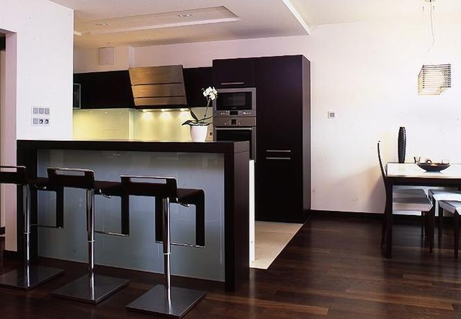 Meble kuchenne Co wybrać do kuchni otwartej stół czy barek?  Kuchnia  Mur