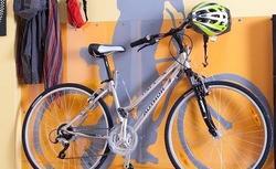 Szablon na ścianę w przedpokoju  - pomysłowy wieszak na rower